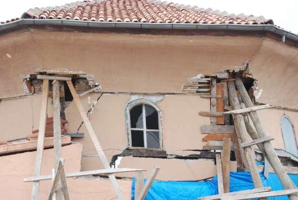 Heyelan yüzünden restorasyonu geciken cami yıkılmak üzere