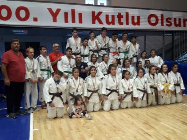 Yunusemreli judocular 15 Temmuz İl Birinciliğinde madalyaları topladı