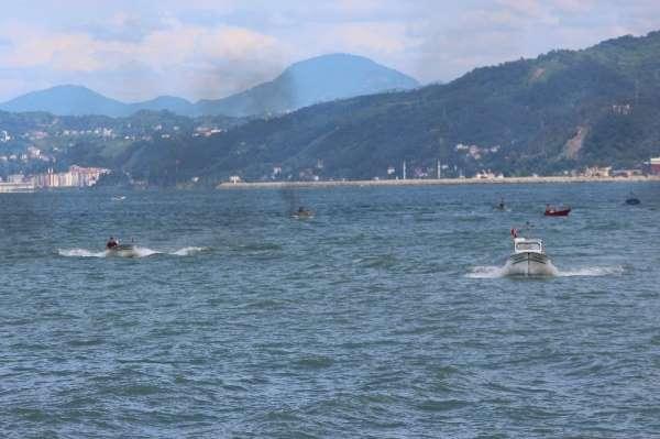 Teknelerin kıyasıya yarışı renkli görüntüler oluşturdu