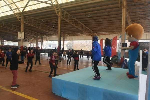 Çocuklar semt pazarında spor yaptı