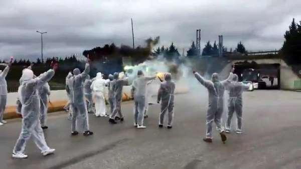 Korona virüs nedeni ile stada giremeyen taraftarlar takım otobüsünü böyle uğurla