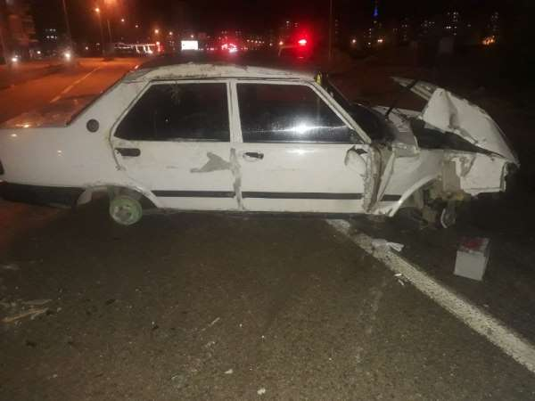 Otomobil refüje çarptı, sürücü kazayı küçük sıyrıklarla atlattı