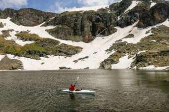 Buzul göllerinde kano denemesi yaptılar