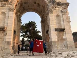 Şehitler anısına Anavarza Kalesi etrafından Türk bayrakları ile koştular