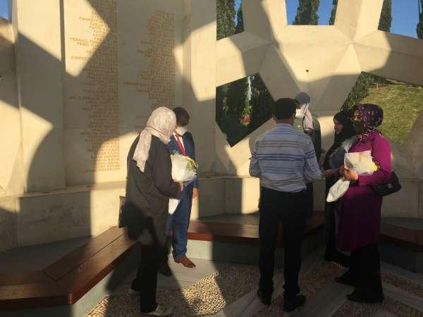 15 Temmuz Şehitler Anıtında dua edilip, şehit ailelerine çiçek verildi