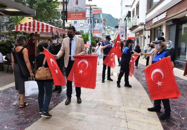 Altınordu Belediyesi vatandaşlara Türk Bayrağı hediye etti