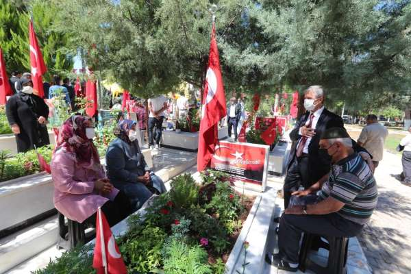 Başkan Tahmazoğlu 15 Temmuzda şehitliği ziyaret etti
