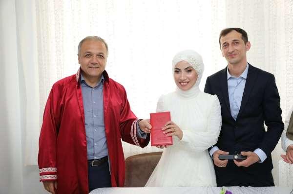 Başkan Üçok, genç çiftin nikahını evde kıydı