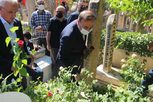 Darbeye karşı canlarını siper eden şehitlerin mezarına gül bırakıldı