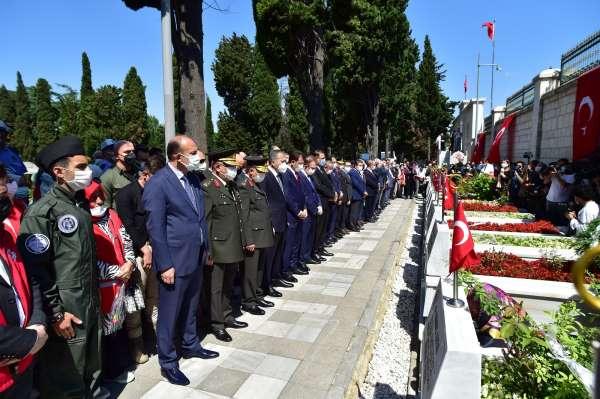 İstanbullular 15 Temmuzun yıl dönümünde Edirnekapı Şehitliğine akın etti