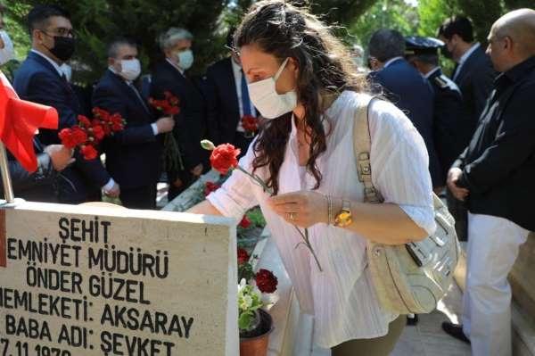 Şehit amcasının mezarını ziyaret eden minik Öykü duygulandırdı