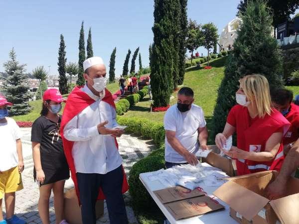 Türk Kızılayından 15 Temmuz Şehitler Anıtı önünde vatandaşlara ikram