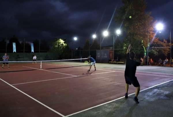 Büyükşehir tenis tutkunlarını buluşturdu