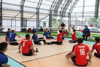 Türkiye'de ilk kez halı sahada oturarak voleybol oynadılar