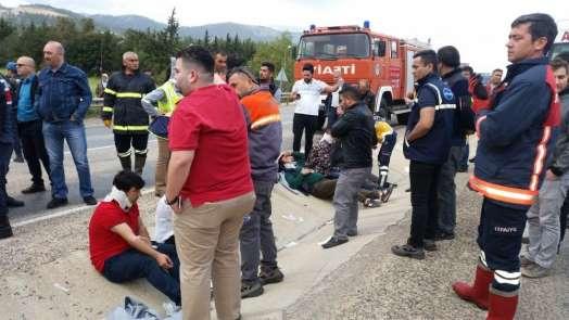 Silifke'de işçileri taşıyan midibüs kaza yaptı: 11 yaralı