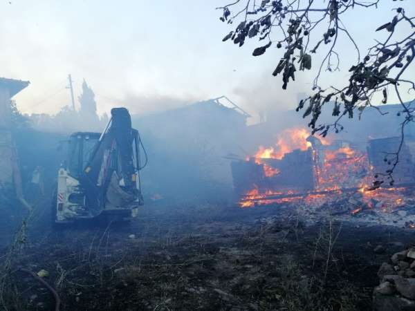 Bayat'ta yangın: 4 ev kül oldu
