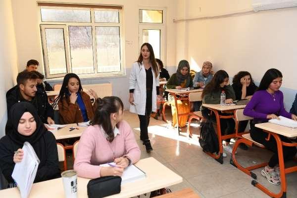 Öğrenciler, Büyükşehir Belediyesinin kurslarıyla üniversiteye hazırlanıyor