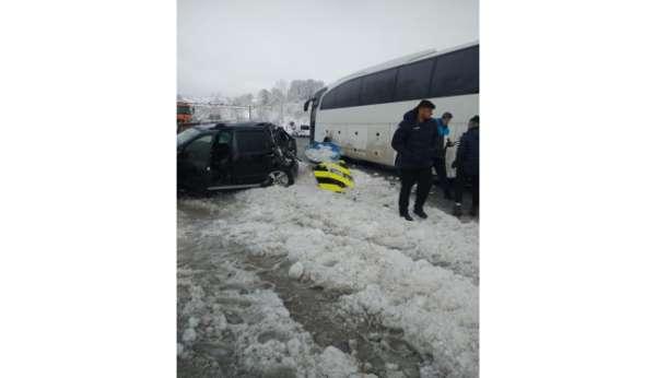 Afyon Belediye Yüntaş voleybol takımını taşıyan otobüs kaza yaptı