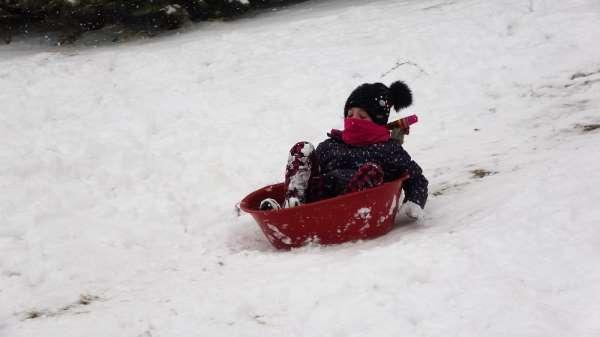 Leğenli, naylonlu kar eğlencesi