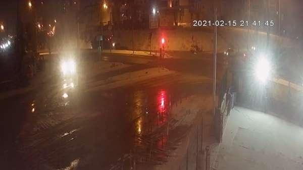 Otobüs ile ticari taksinin çarpıştığı kaza anı kamerada: 1 ölü