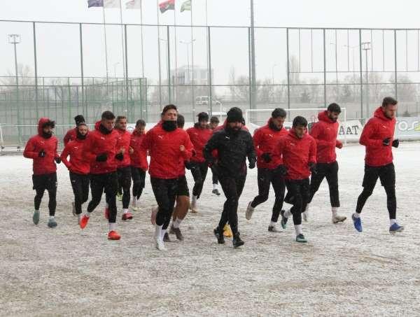 Sivas Belediyespor, kar altında çalıştı