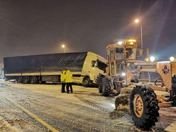 Tır, yolcu otobüsü ve otomobil kaza yaptı, yol trafiğe kapandı