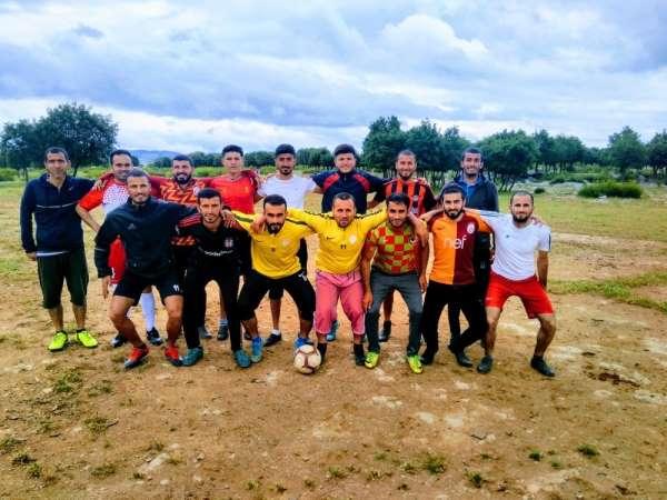 Futbol aşkıyla taşlı araziyi temizleyip sahaya dönüştürdüler