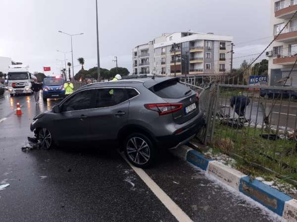İzmirde dolu yağışı yolları kayganlaştırdı, kazalar ardı ardına geldi