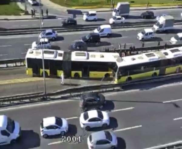 Avcılar'da iki metrobüs kafa kafaya çarpıştı. Kaza nedeniyle metrobüs seferleri