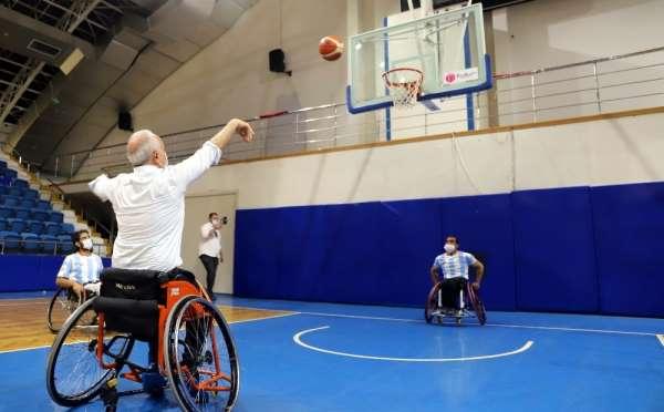 Başkan Gültak, engelli sporcularla tekerlekli sandalyede potaya basket attı