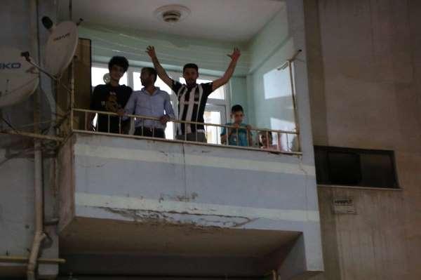 Elazığda şampiyonluk kutlamaları balkonlardan yapıldı
