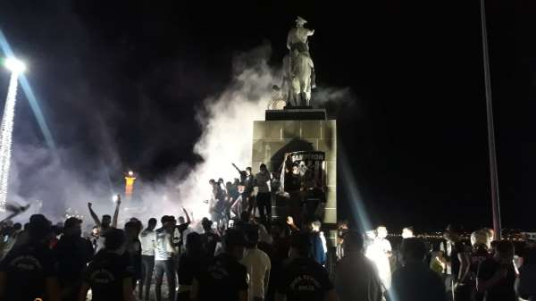 İzmir Kordonda Beşiktaş kutlaması