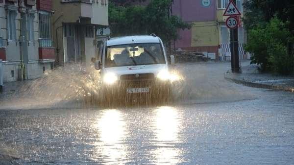 Bafrada sağanak yağış hayatı olumsuz etkiledi
