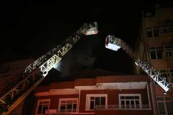 Çatı katında çıkan yangın iki binayı küle çeviriyordu