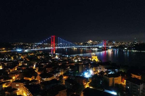 15 Temmuz Şehitler Köprüsü kırmızı beyaza büründü