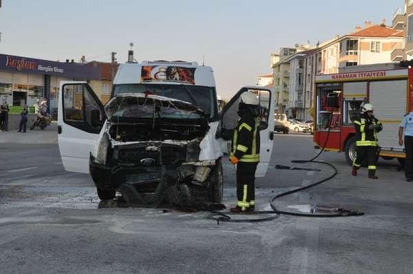 Kaza yapan servis minibüsü alev aldı