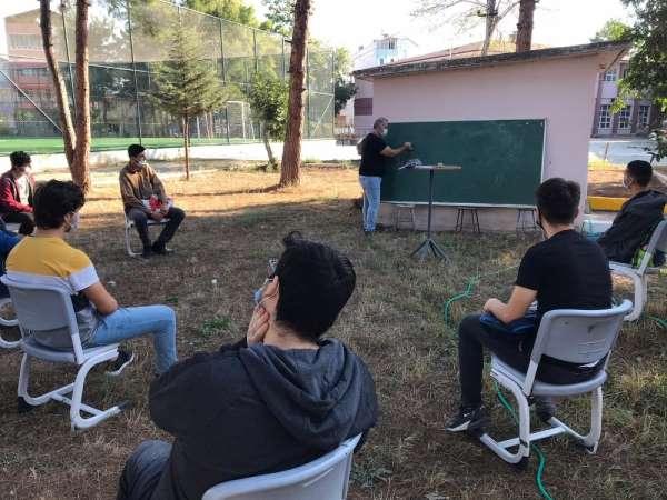 12. sınıflara okul bahçesinde ders