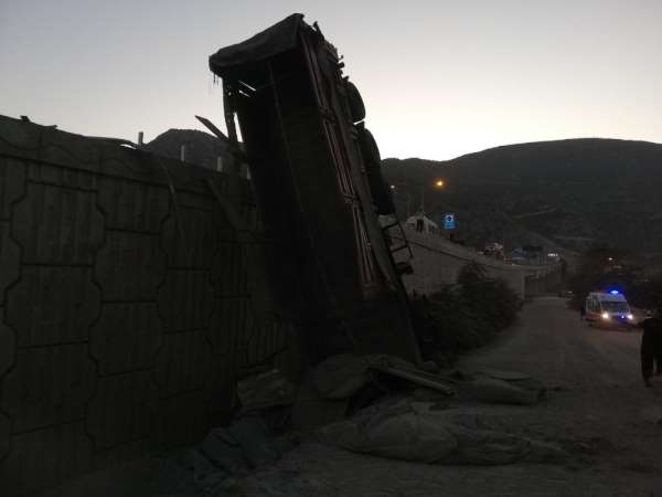 Amasya'da virajı dönemeyen çimento yüklü tır devrildi: 1 yaralı