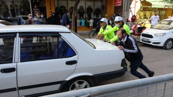 Yolda kalan otomobilli trafik müdürü itti