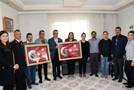 Vali Pekmez ve beraberindekiler şehit ailelerini ziyaret etti