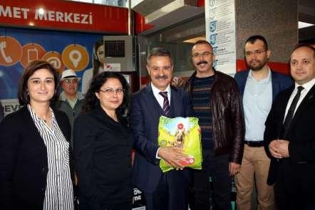 Atakum Belediyesi'ne çiçek yerine hayvan maması hediye ettiler