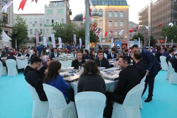 Atatürk'ün İstanbul'dan Samsun'a hareket ettiği Karaköy Rıhtımı'nda iftar