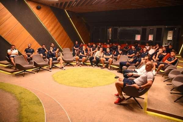 Başakşehir'de futbolcular ve teknik heyet yeni oyun kuralları hakkında bilgilend