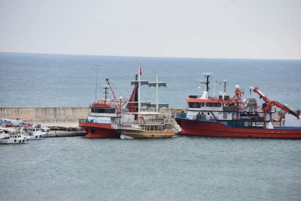 Sinop'ta karaya oturan tekne kurtarıldı