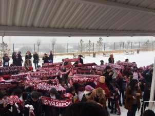 Muhtar öğrencilere karna hediyesi olarak Sivasspor atkısı hediye etti