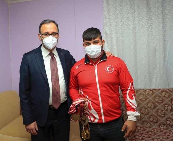Bakan Kasapoğlu, Milli Halterciyi evinde ziyaret etti