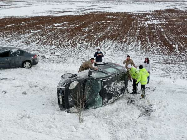Kar sürgünü kazalara neden oldu, jandarma kaza yapan araçtaki vatandaşları böyle kurtardı