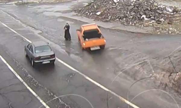 Kaza anları kamerada, yol kenarındaki kadın son anda kurtuldu