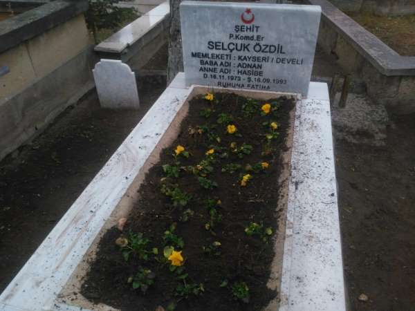 Develide ekipler şehit mezarlarını çiçeklerle süsledi