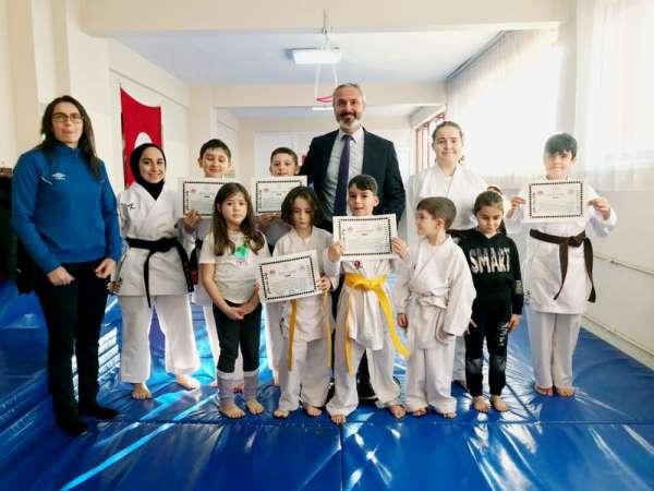 Minik karateciler kemer taktı